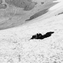 """""""Sofia"""". Performance di Francesca Nesteri per """"In memoria. Pietre nere per il Lago Sofia"""", Ghiacciaio del Calderone, Gran Sasso d'Italia, 22 luglio 2018"""